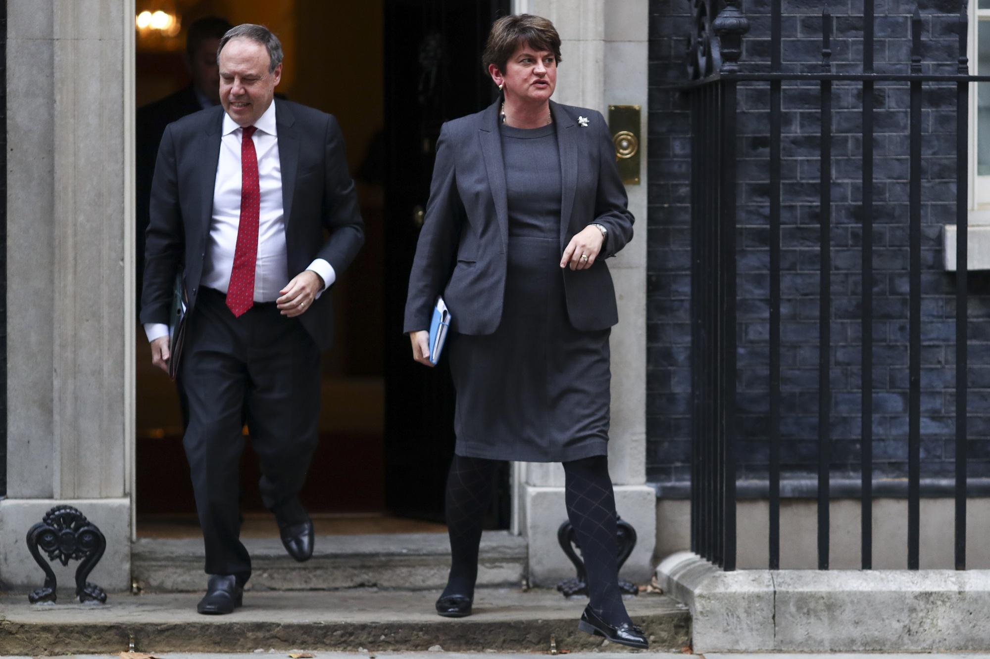 Arlene Foster, lider Demokratycznej Partii Unionistycznej w Irlandii Północnej i Nigel Dodds, zastępca lidera Demokratycznej Partii Unionistycznej, odeszli, zostaw numer 10 Downing Street w Londynie, 10 września.