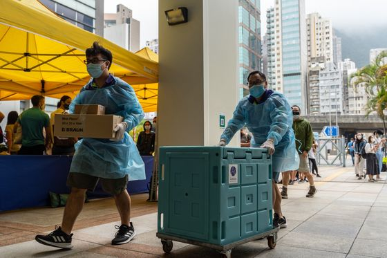 Hong Kong Vaccine Bookings Double After Lam Offers Benefits