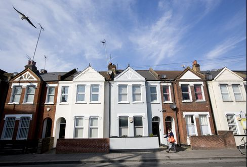 London Home Prices Jump as Pound Drop Boosts Foreign-Buyer Power