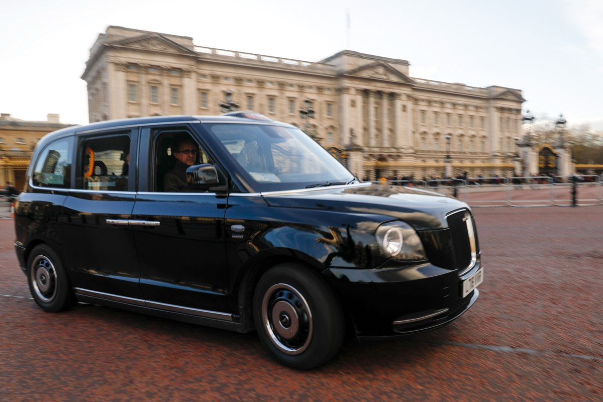 electric black cabs are taking over in london bloomberg. Black Bedroom Furniture Sets. Home Design Ideas