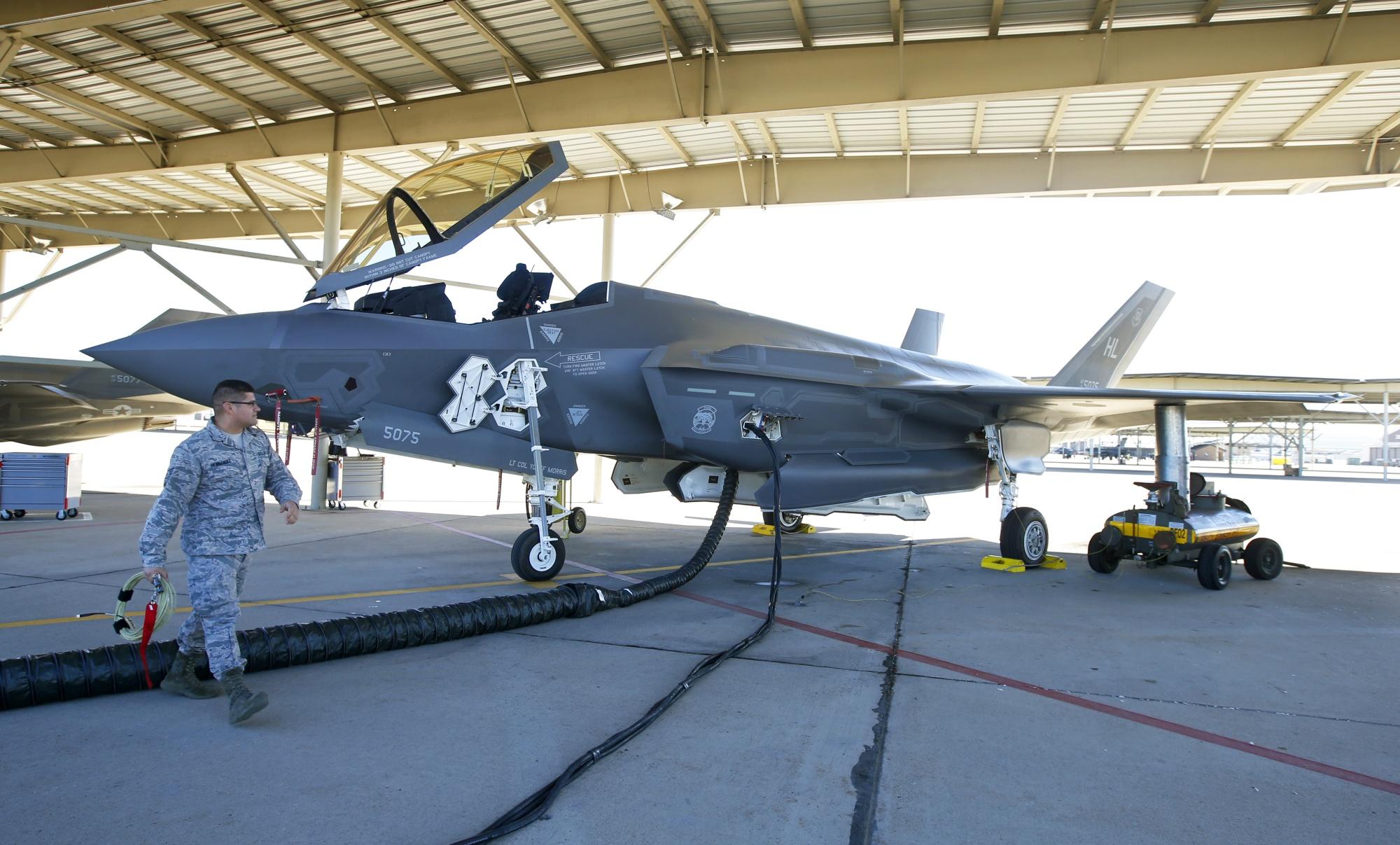 Les équipes de maintenance préparent un jet Lockheed Martin Corp. F-35 en Utah.
