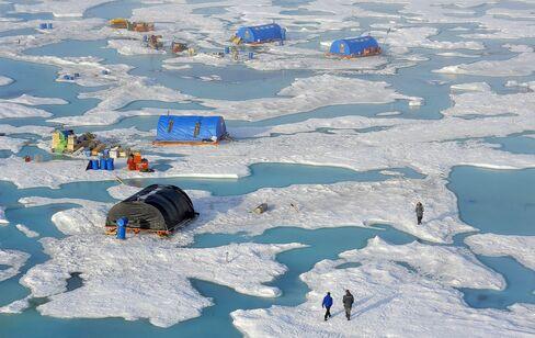 Evacuation Of The Drifting Scientific Seasonal Station 'North Pole 2015