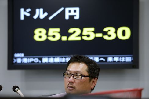 Yen Declines to 20-Month Low as Abe Approved as Prime Minister