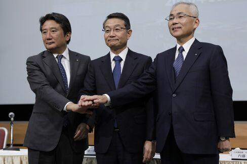 川崎船の村上社長(左)、商船三井の池田社長(中)、郵船の内藤社長(右)