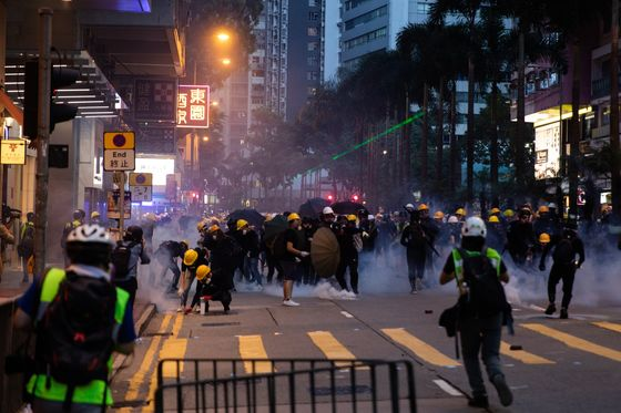 Hong Kong LeaderDefends Police, Dodges Questionsand Chokes Up in PressBriefing
