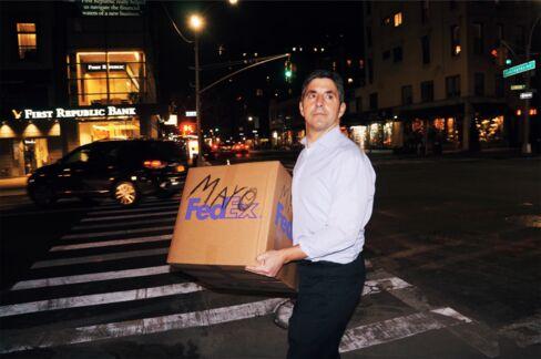 身の回りの品を運び出すマイク・メイヨー氏