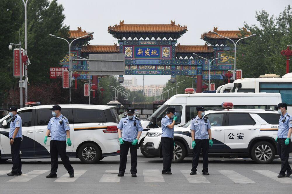 Cảnh sát Trung Quốc bảo vệ lối vào chợ Xinfadi đóng cửa ở Bắc Kinh vào ngày 13 tháng 6. Nhiếp ảnh gia: Greg Baker / AFP qua Getty Images