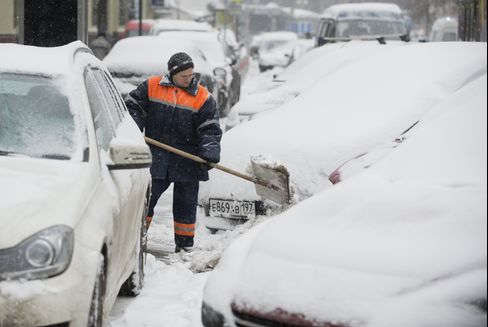 East Europe Cold Snap Kills at Least 13 as Snow Blankets Region