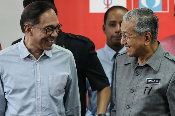 Former Rivals Unite in Malaysia Race to Form Next Government