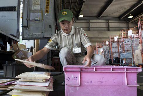 荷物を仕分けするヤマト運輸のドライバー