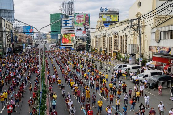 Thousands Defy Covid Risk in Manila to Attend Nazarene Feast