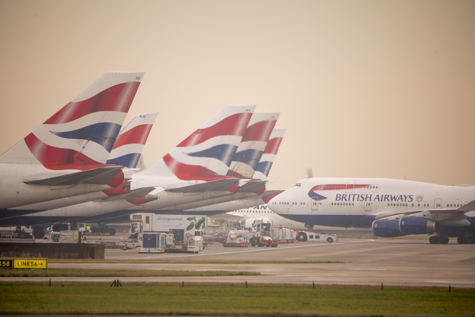 British Airways Owner IAG Scrapes a Profit Despite Fare War - Bloomberg