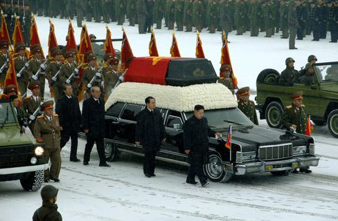 Kim Jong Un Mourns Father in Snow-Covered Pyongyang