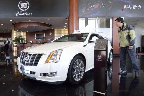 China Car Dealerships Struggle as Stockpiles Rise, Group Says