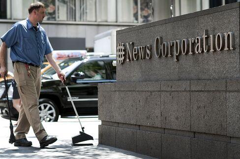 Murdoch Struggles to Control News Corp. as Scandal Escalates