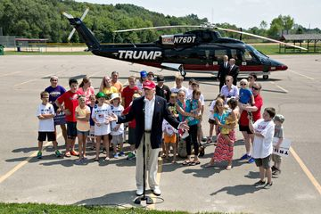 Donald Trump, president and chief executive of Trump Organization Inc. and 2016 Republican presidential candidate, speaks to the media after arriving on his personal helicopter near the Iowa State Fairgrounds in Des Moines, Iowa, U.S., on Saturday, Aug. 15, 2015. Billionaire Republican 2016 contender Donald Trump said this week unlike rivals such as Jeb Bush, he wouldn't be beholden to big-money campaign donors if elected president. Photographer: Daniel Acker/Bloomberg