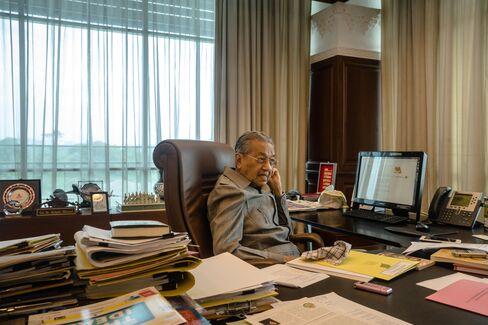 オフィス内のマハティール氏