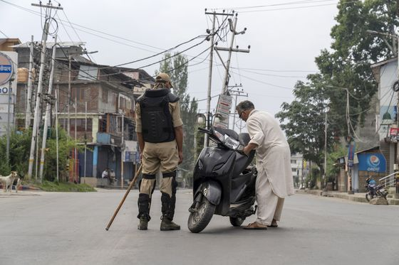 Trump Stuck Between Khan and Modi on India's Kashmir Crackdown