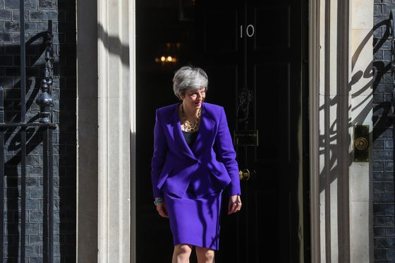 Mayto Draft New Customs Law for Brexit Deal With Corbyn