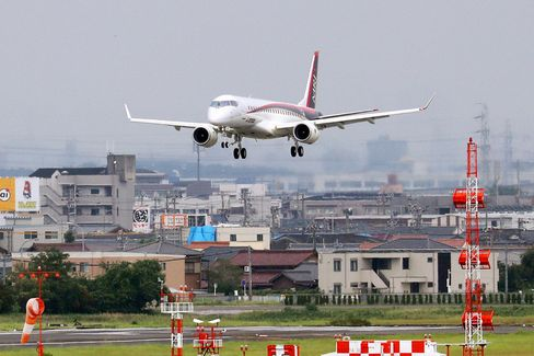 MRJ Returns To Airport 2nd Time, Delays Maiden Overseas Flight