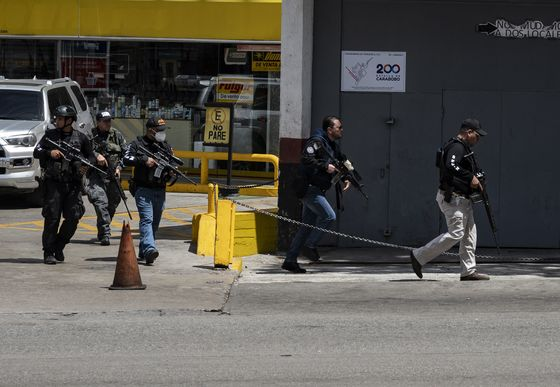 Sectionsof Caracas Paralyzed by Shootouts Between Gangs and Cops