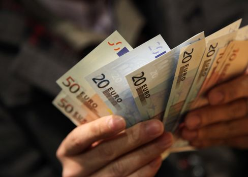 Euro Falls to 4-Month Low on Greek Deadlock, Slowdown Concerns
