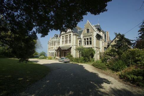 ディナールの田園地帯にある邸宅は複数の分譲マンションに改装された。そのうち、海が見渡せるテラス付きマンションは43万5000ユーロ(約5440万円)で販売されている