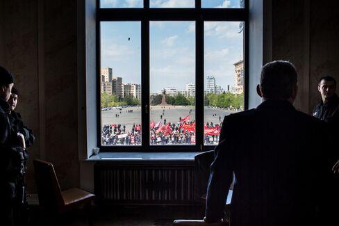 Police Watch Pro-Russian Separatists In Kharkiv