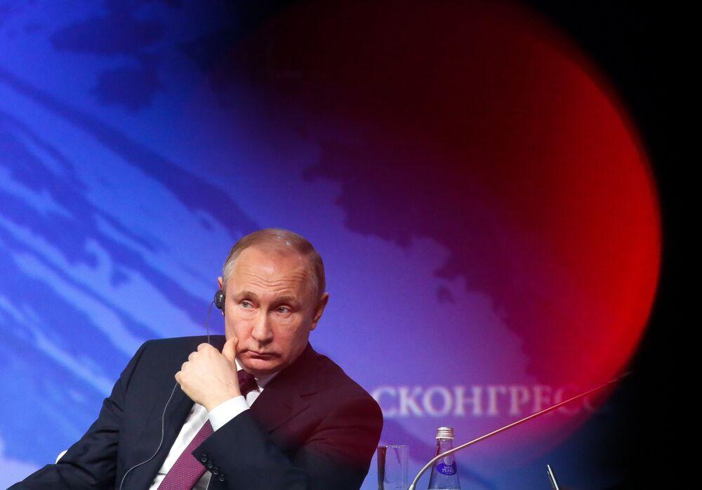 Vladimir Poutine, président de la Russie, à l'écoute lors du Forum international de l'Arctique à Saint-Pétersbourg (Russie).