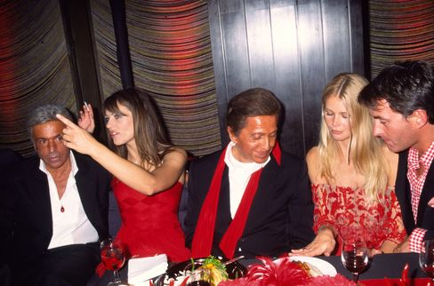 Italian designer Valentino (center) with (from left) business partner Giancarlo Giammetti, Elizabeth Hurley, Claudia Schiffer, and Tim Jeffries at the Four Seasons restaurant in 2000.