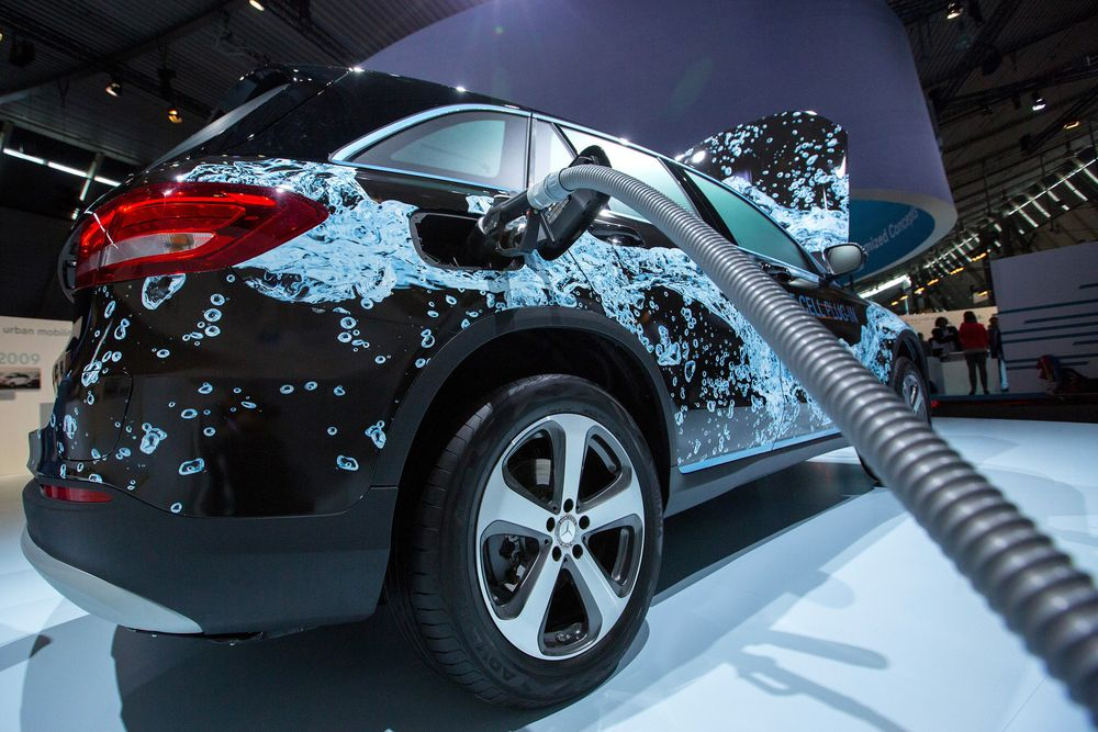 Mercedes-Benz Rolls Out Fuel-Cell SUV to Tackle Tech Hurdles - Bloomberg