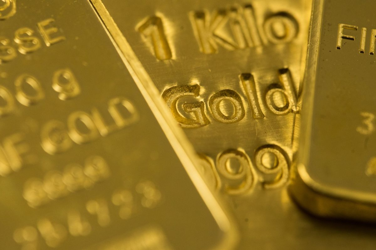 Gold Rises for a Fourth Day as Platinum Surges Above $1,200