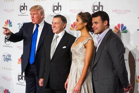 左からトランプ氏、アラス・アガラロフ氏、2012年ミス・ユニバースのオリビア・クルポ氏、エミン氏(13年のミス・ユニバース大会で)