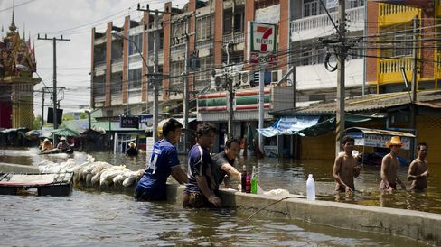Bangkok Residents Clash as Floods Stoke Tension
