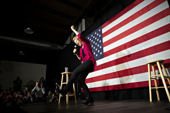 Elizabeth Warren Bashes Banks andBillionaires in First 2020 Campaign Swing