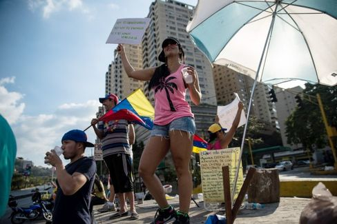 Venezuelan Protesters Resist the Lure of the Beach