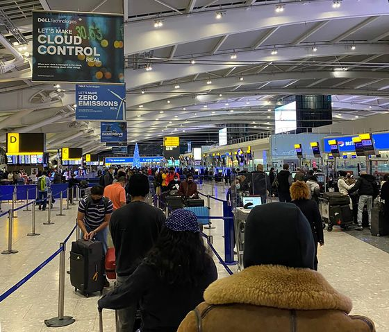 Airlines Balk at Refunds as U.K. Tells Travelers Not to Fly
