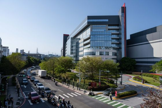 Japan Must Work With TSMC to Build Chip Base, Lawmaker Says