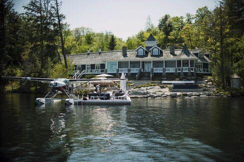 カナダ・オンタリオ州マスコーカ地方にあるジョセフ湖に面したコテージでは、フロート水上機の利用も可能だ