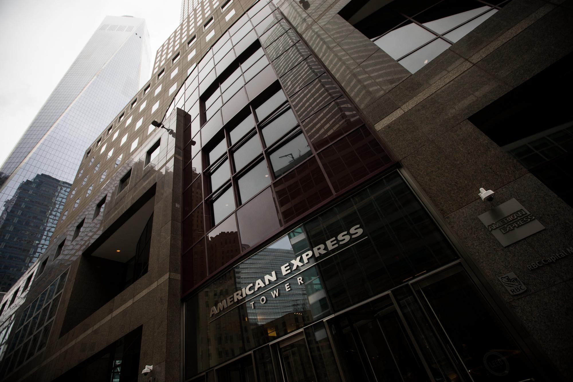 Views of Manhattan as tech stocks push indices higher; Crude oil falls