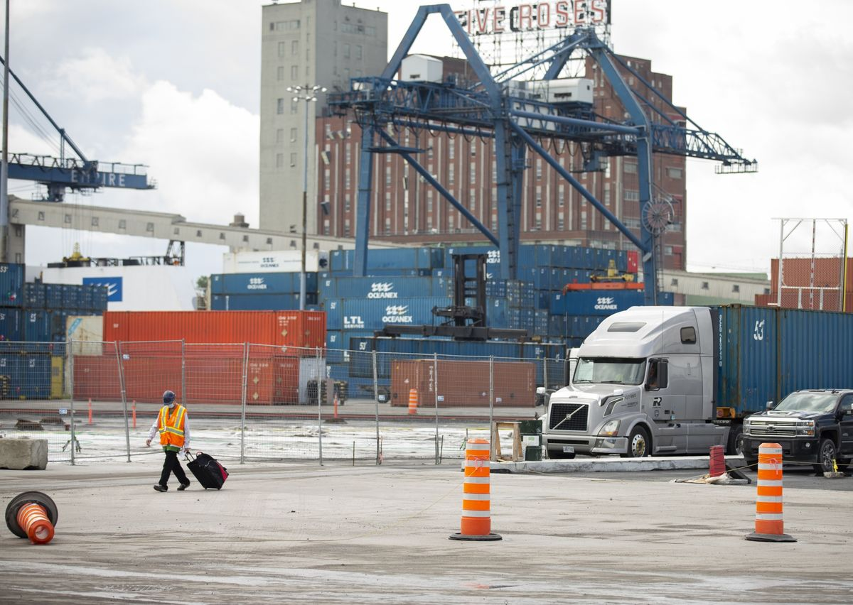 Montreal Dock Workers Return After Trudeau Orders Strike's End thumbnail
