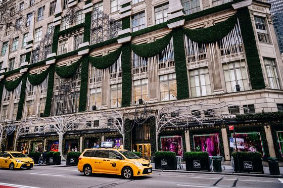 Manhattan's Quiet Christmas Signals Mounting Pain for Retail