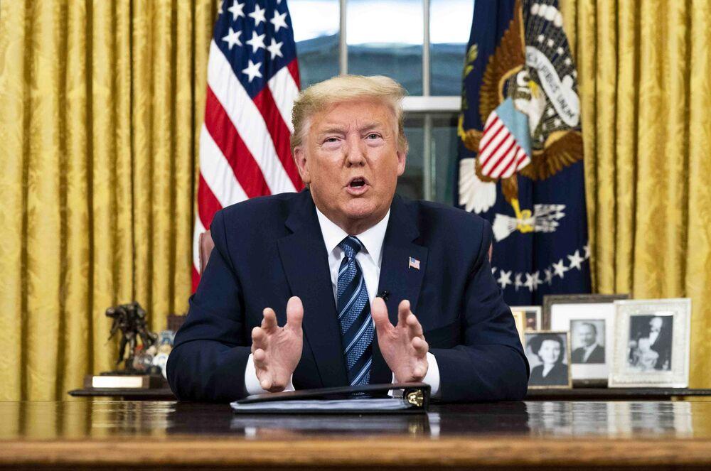 Donald Trump parla durante un discorso televisivo nell'Ufficio Ovale della Casa Bianca a Washington, DC, USA, l'11 marzo.