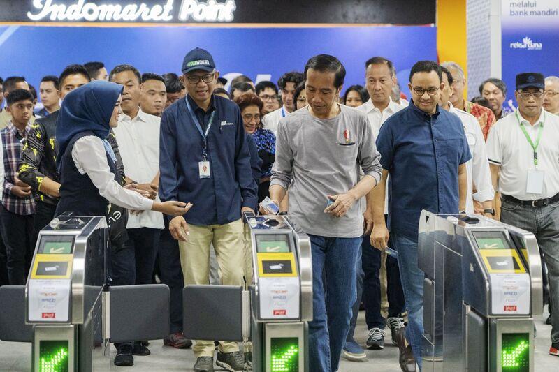 Joko Widodo at the Jakarta Mass Rapid Transit (MRT) Istora-Mandiri Station on March 24. Image: Rony Zakaria/Bloomberg