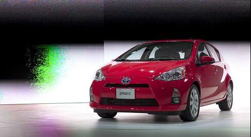 Toyota Seeks U.S. Low-Cost Hybrid Hit