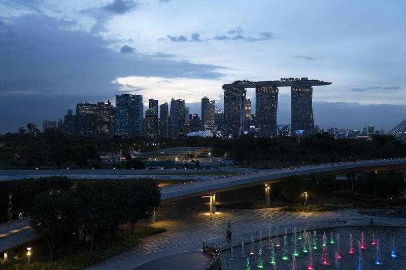 Khách sạn và sòng bạc của Marina Bay Sands, bên phải, và các tòa nhà khác tại Bến thuyền Barrage ở Singapore. @ Wei Leng Tay / Bloomberg