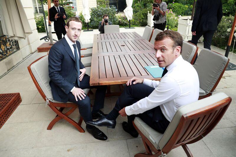 Ο Emmanuel Macron εξετάζει πιο προσεκτικά το Facebook