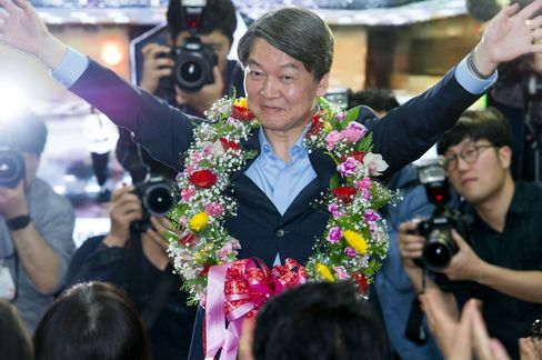 Ahn Cheol Soo celebrates his victory in the parliamentary election on April 13.