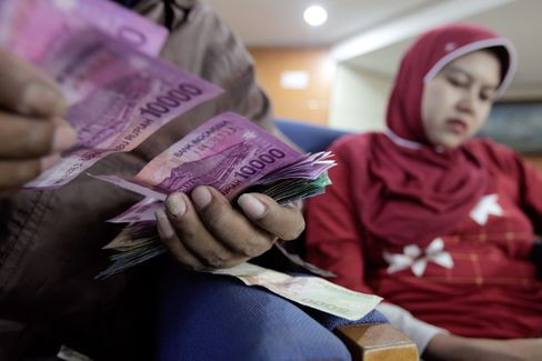 Indonesian Rupiah, Stocks Plummet on Record Current-Account Gap