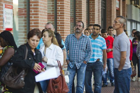Spain Recession Scars Exposed as Jobless Seen Reaching 6 Million